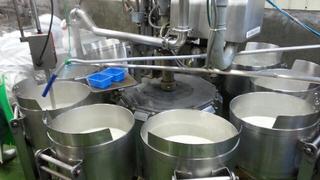ここで次々と木綿豆腐用の豆腐が寄せられていく。