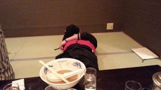 上村さんは三次会途中でご就寝です♪w