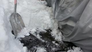 先日の大雪で埋もれてしまった愛車の救出作業。やっと地面が見えてきた。。