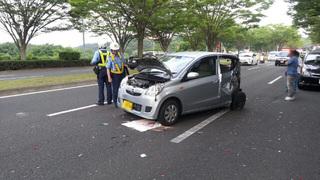 一番ぶっ壊れた軽自動車。この事故の原因車両らしいが運転者は病院へ搬送。