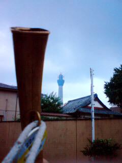 東京スカイツリーと瓦屋根とラッパ